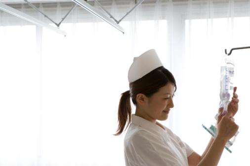 点滴を交換する看護師