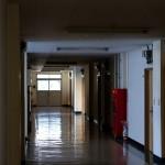 薄暗い廊下、減る介護学生